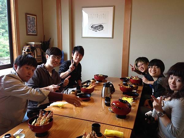 みんなで食事.JPG