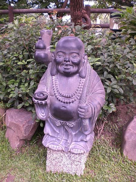 寺內步道旁的可愛雕塑