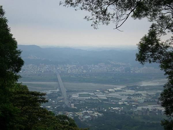 可以看到竹東大橋跟二高