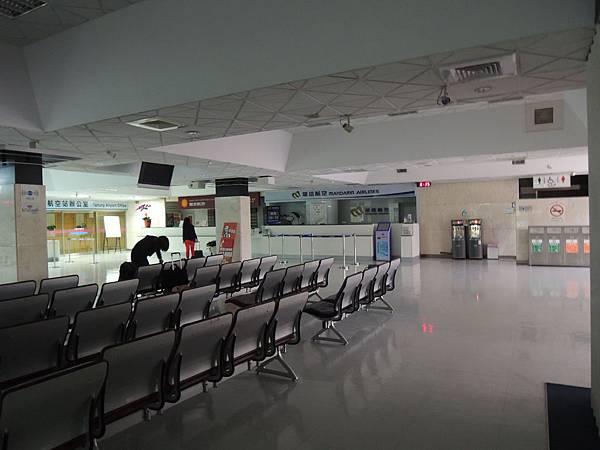 機場還沒開始營業!7:00AM才有人來
