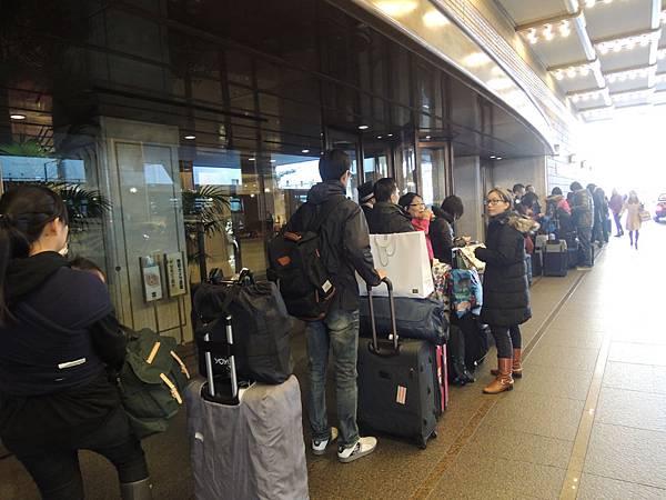 排隊搭乘機場巴士