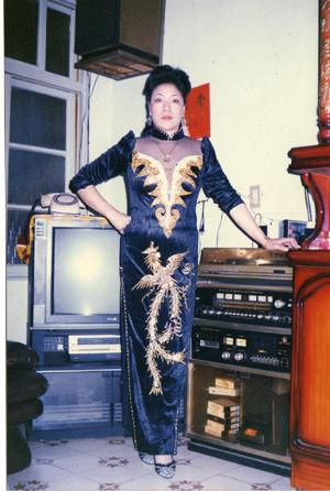這張照片大約是「麗華」四十歲左右時拍的,當時她正為一個將赴的晚會演出,梳妝打扮。.jpg