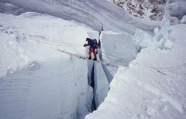 高銘和正通過冰河裂隙