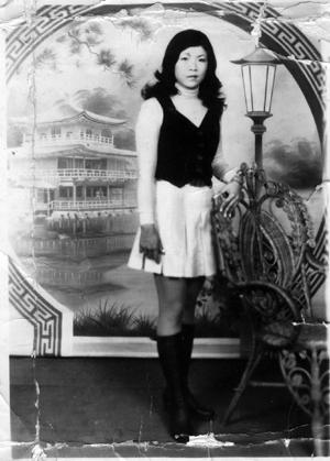 「麗華」二十歲出頭時拍的照片,那時她的腰圍就和年紀差不多。.jpg