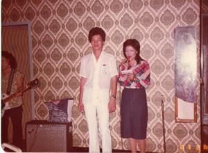 最左邊被切了一半的吉他手是女性,當時在北投那卡西算少數;站在「麗華」旁邊的男子則是日本人。照片約攝於民國六十七年。.jpg