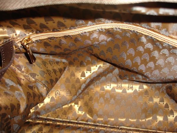 包包裡前後都有很大的拉鍊內袋