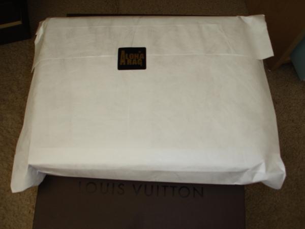先是一個厚厚的白色紙袋