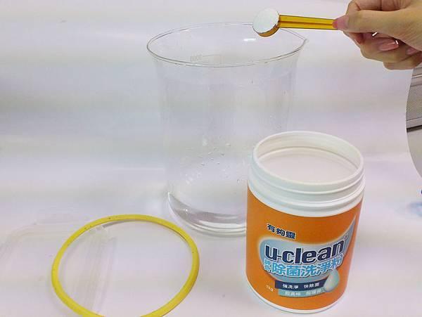 舀一匙u-clean加入熱水中