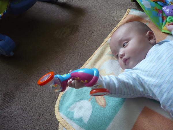 看看我會自己拿玩具了哦
