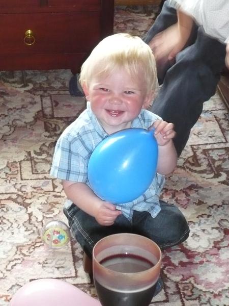 小Cousin Daniel...才剛過一歲生日,是個很愛笑的小男生