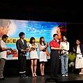 市長致贈聽奧吉祥物給劇組.JPG