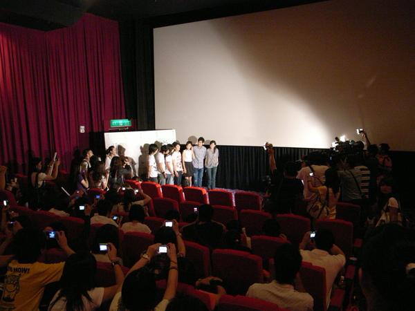 820粉絲搶鮮場  演員 導演和樂團正接受媒體訪問