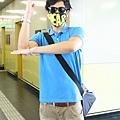 9/12 Eddie在高鐵站戴上粉絲送的口罩 但這是什麼姿勢啊...