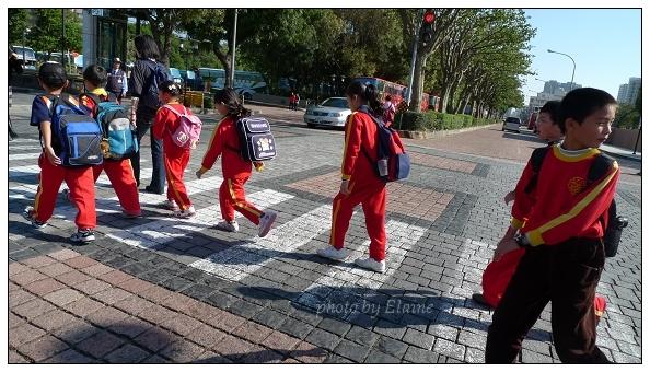 小學生過馬路囉