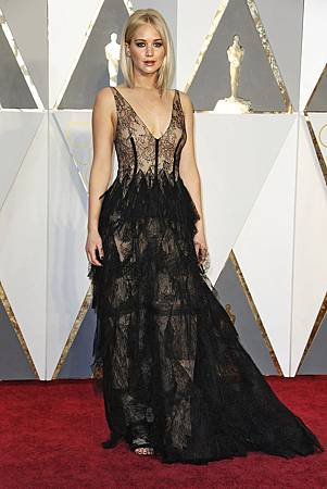 oscars-red-carpet-2830-jennifer-lawrence-superJumbo-v2.jpg
