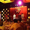 新郎大學同學熱情在台上獻唱