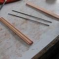 鉛筆製作過程...木頭兩塊...筆心兩支