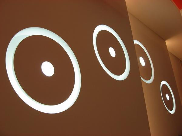 其實應該是白色的牆壁~燈光效果~拍出來就變這樣了