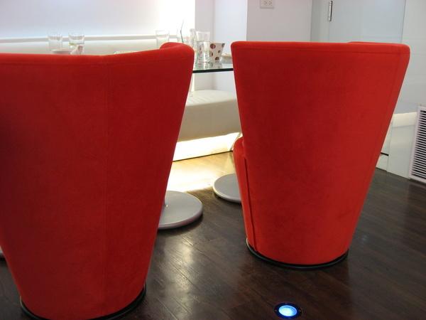 紅色的椅子~很有個性