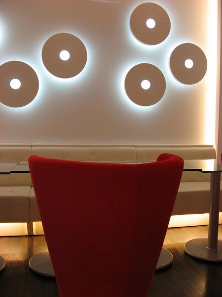 坐在紅色椅子上可以看到有設計感的牆壁