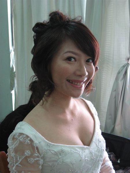 偷看鏡頭的新娘