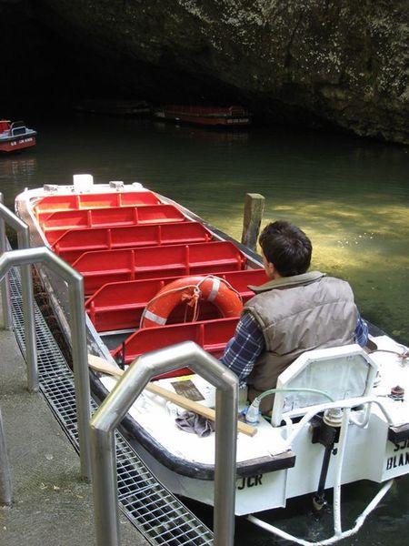 在鐘乳石洞內搭這樣的船