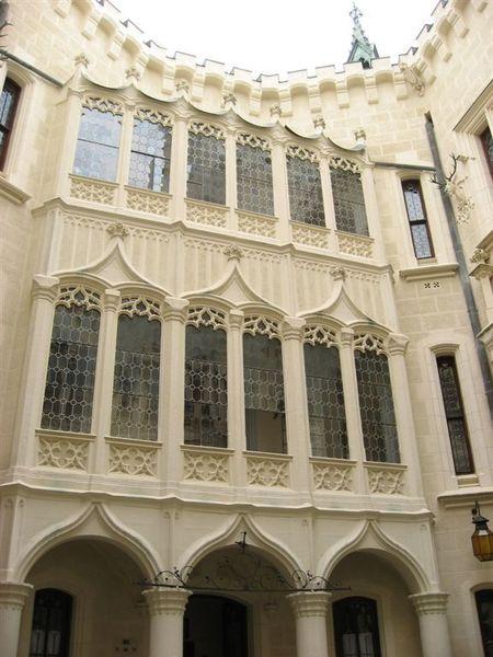 玻璃窗後應該就是城堡室內走廊