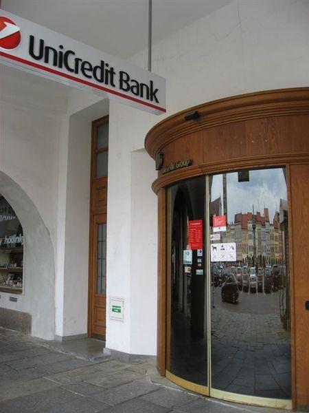 半弧形大門的銀行