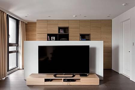 半高的電視牆面讓光線、空氣可自由流動,提高生活品質。