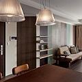 地坪、家具、門片、牆面…不同的木紋、刷痕、顏色堆疊出空間質感。