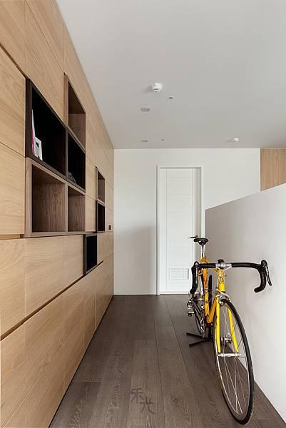 家中的小迴廊,可在電視牆後面擺放腳踏車、或是正在整理的行李箱。