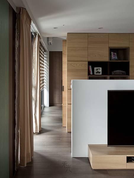 將走道規劃在窗邊,讓陽光自然漫入,隨著光線變化每天家中都有不能的氛圍。