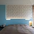 進口花樣壁紙搭配天空藍呼應整體木紋質感的空間,營造更自然舒適環境。