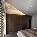 主臥衣櫃延續著公共空間的木紋質感,將質樸感延伸進入主臥。