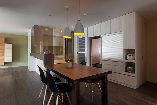 鋼刷白樺實木皮的櫥櫃輕化廚房空間重量,也讓收納變得更有條理。