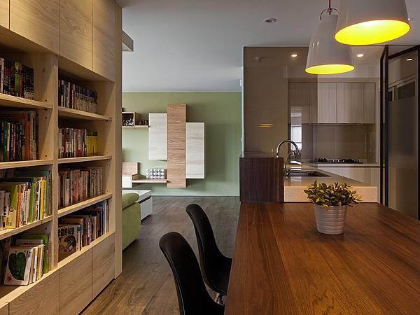 餐桌後方即是書櫃,讓餐廳成為全家休憩閱讀貪心的空間。