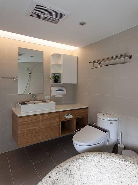 主浴空間寬敞,擁有完整的收納空間,暖風機、馬桶沖洗器應有盡有。