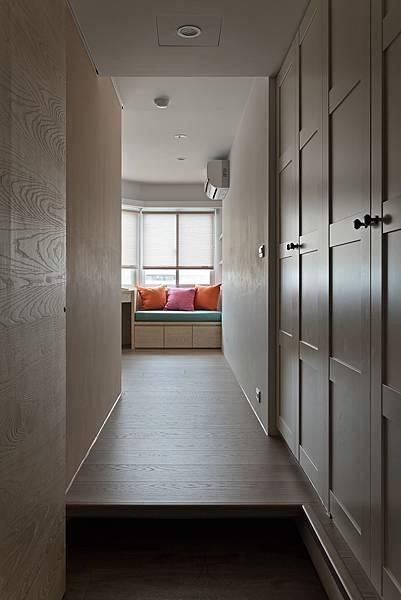 書房入口就是一排衣櫃,讓書房可兼當客房使用。