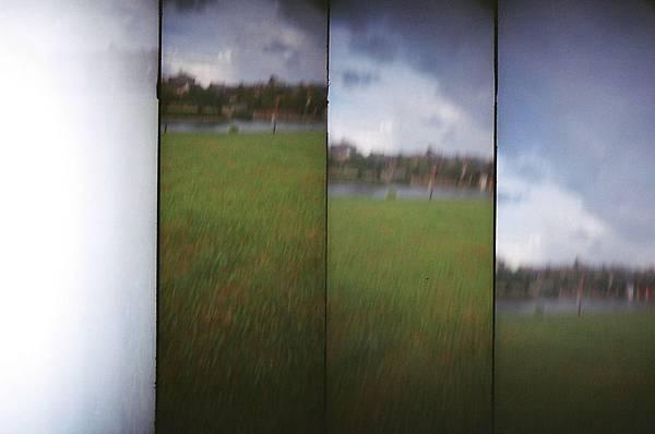丟相機,按了快門往天空丟,記得接好XD