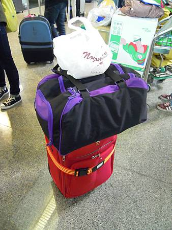 紅色是自己的行李(裡面一大半是物資,行李袋是二手衣,最上面那袋是早餐)