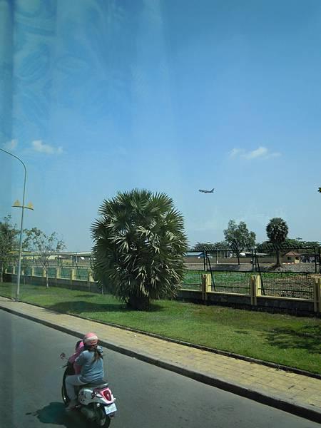機場出來這條叫做六號公路,直直開會到我們要去的暹粒