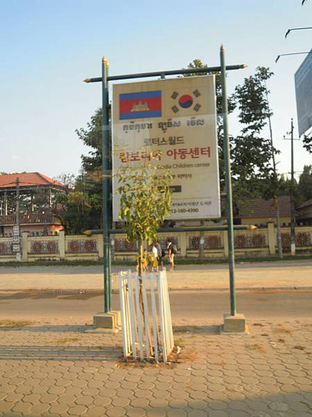 柬埔寨的路很多是韓國修的(還有大陸)
