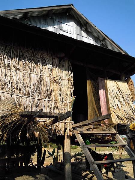 他們家是由外國人幫他們重建的