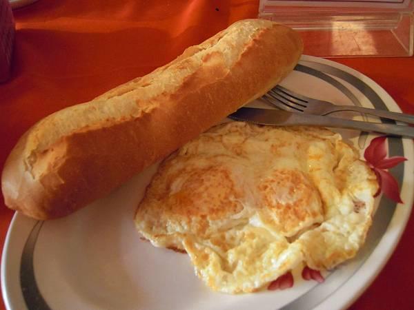 今日早餐,法國麵包+荷包蛋
