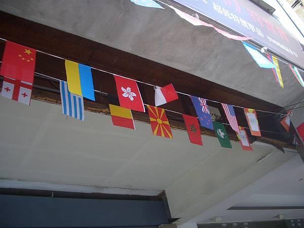 因為世運所以高雄店家都會掛萬國旗