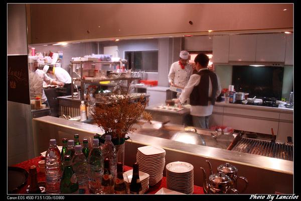 主廚正在料理(開放廚房)