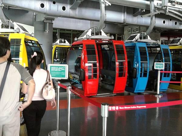 日月潭的纜車有紅黃藍三種顏色