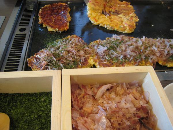 煎好灑些海苔和柴魚