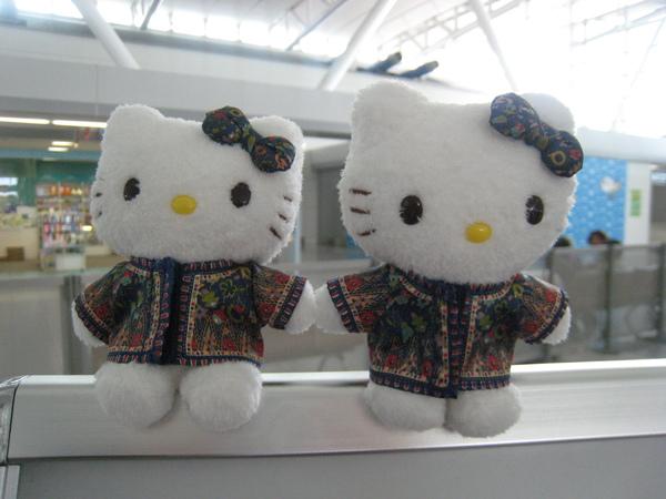 980521030福岡空港裡可愛的新航kitty空服員.JPG