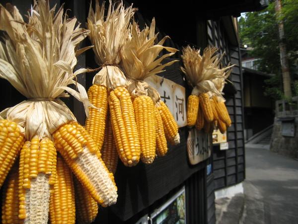 980520034滿多店家門口都有曬玉米.JPG
